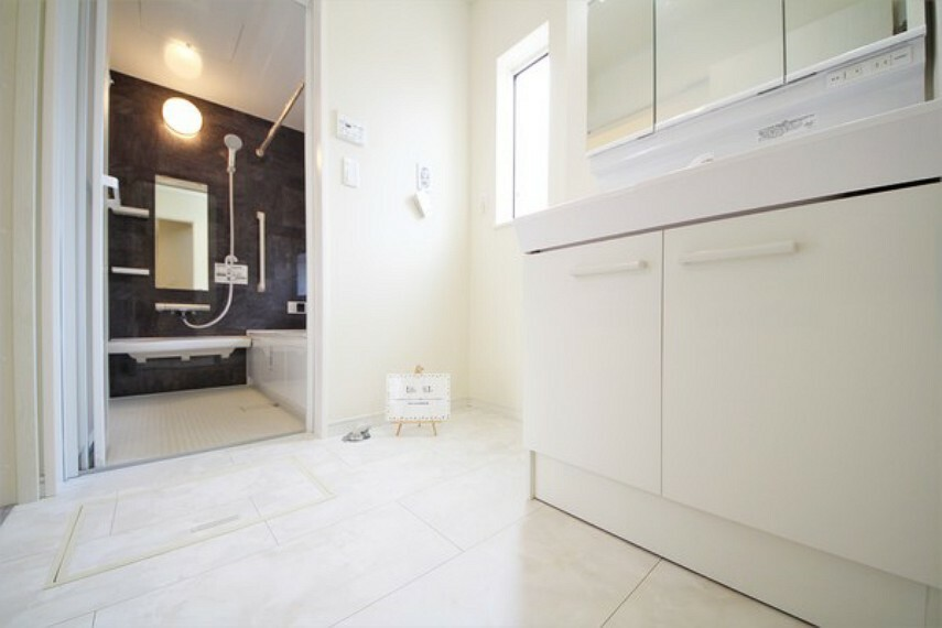 洗面化粧台 洗面所には小窓があるので換気もできます。明るく清潔感あります。 脱衣スペースも広々ですね!
