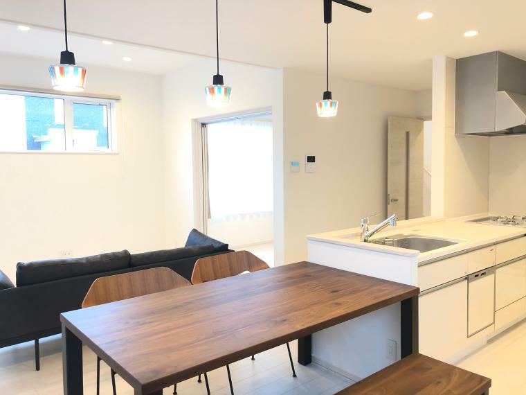 ダイニングキッチン キッチンと横並びのダイニングは、お料理の配膳やお片付けがラクチン!食洗機つきの家事ラクキッチンです!洗面室の扉は2つある回遊式の間取りで、家事動線バッチリ!