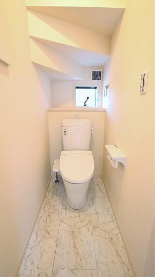 トイレ 1階2階ともに温水暖房洗浄便座を設置しています。