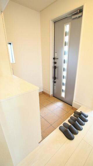玄関 収納スペース豊富な玄関です。玄関ドアには防犯性の高い二重ロック付きです。