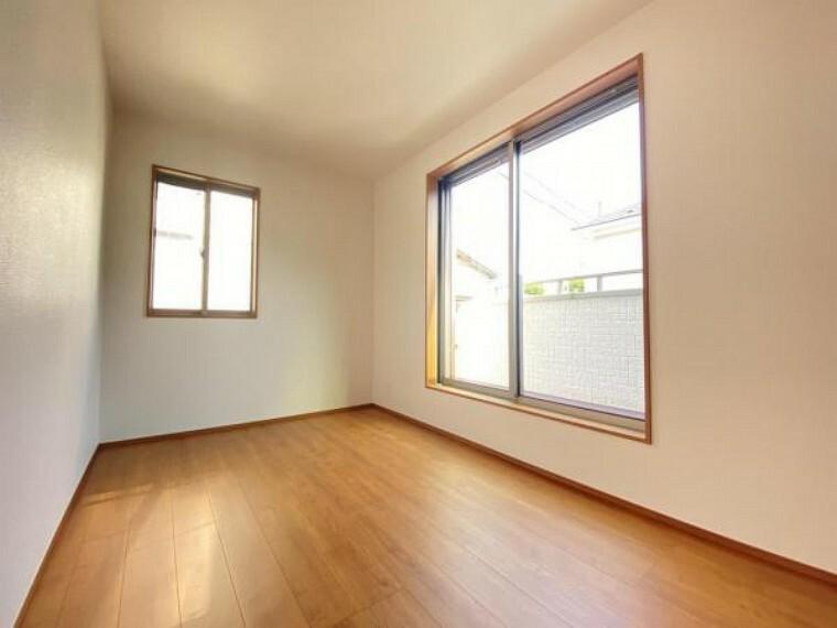 大きな窓からたっぷりと陽光が注がれる明るい空間。