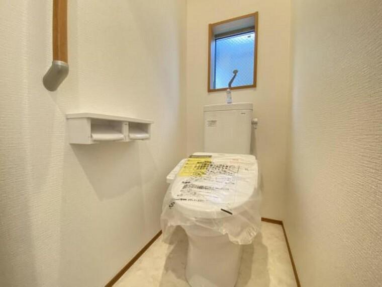 トイレ 白を基調としたウォシュレットトイレは清潔感あるプライベート空間を演出。