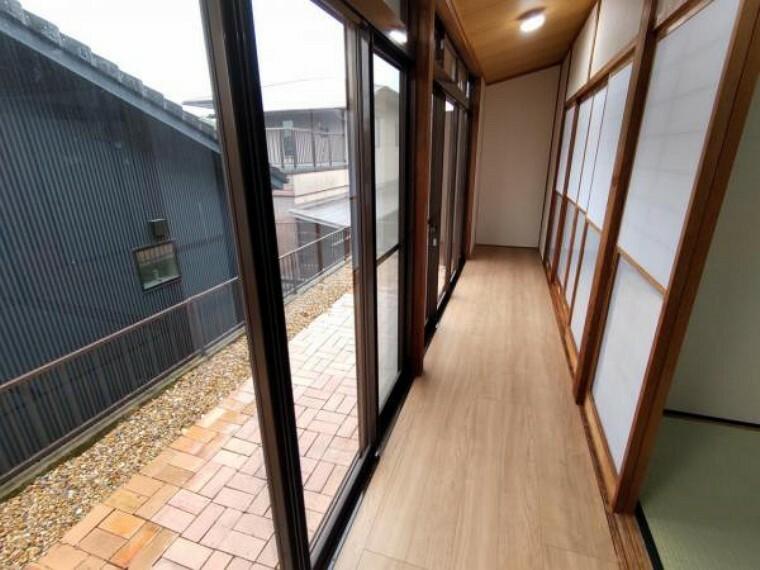 【リフォーム済】1階和室横の縁側の写真です。ゆったりくつろぐのにいいですね。