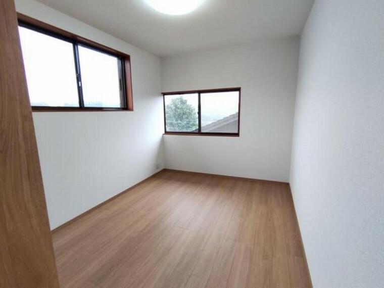 洋室 【リフォーム済】2階東側洋室です。天井・壁のクロス張替えの他、床は上張りし照明や火災報知器も新品を設置しました。