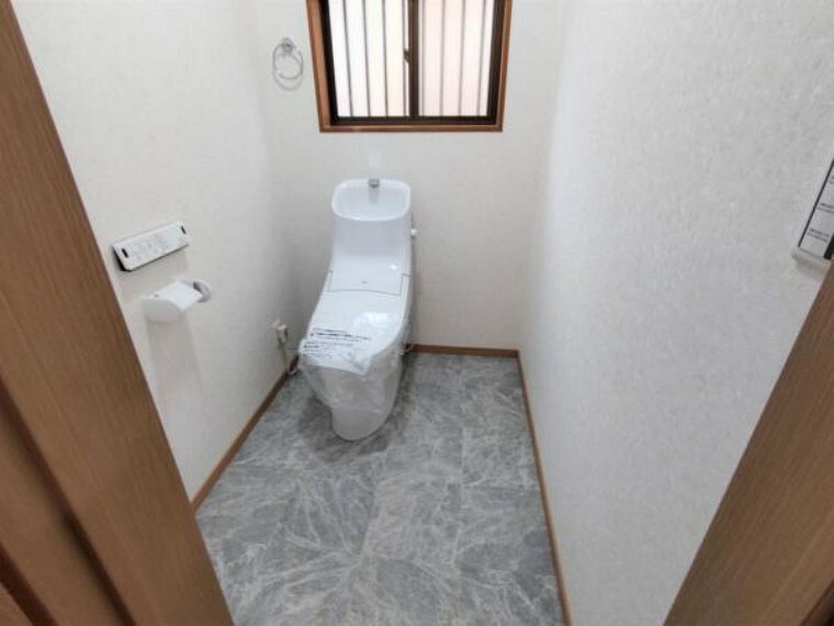 トイレ 【リフォーム済】トイレの写真です。リクシル製の新品温水洗浄便座付きトイレに交換しました。