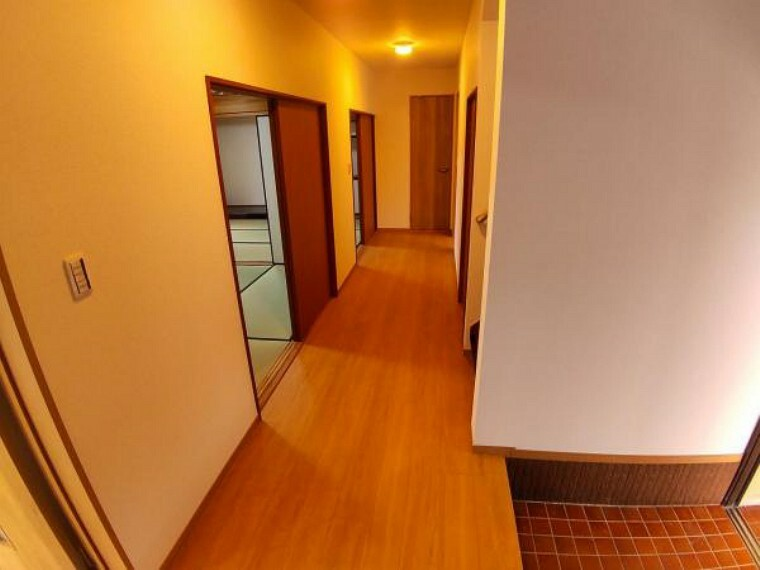 【リフォーム済】1階廊下写真です。