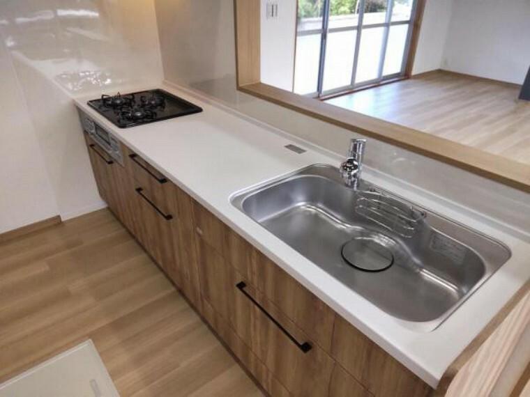 キッチン 【リフォーム済】キッチンはタカラスタンダート製のシステムキッチンに新品交換しました。ワークトップは人工大理石製なので、熱や衝撃に強いです。対面型なので、ご家族と会話しながらお料理を楽しめますね。