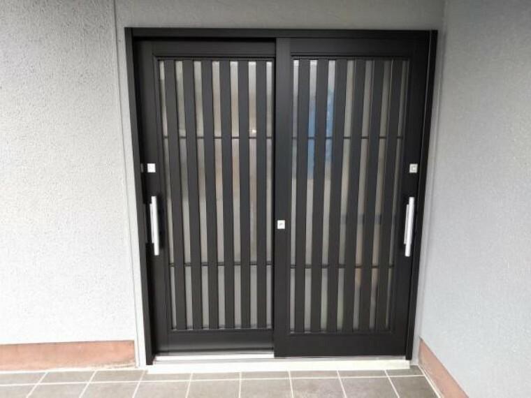 玄関 【リフォーム済】【リフォーム済】玄関写真です。新品の玄関扉に交換しました。お家の顔である玄関が新しいと気持ち良くお客様を迎えられますね。