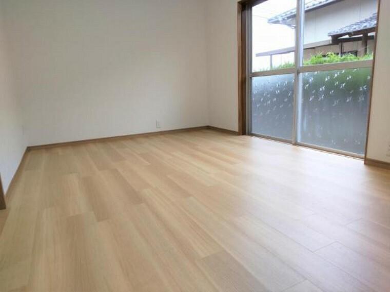 洋室 【リフォーム済】1階元ダイニングキッチン空間はキッチンを移設したことにより洋室へと間取り変更を行いました。