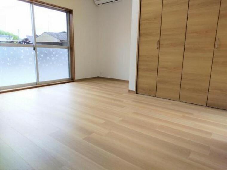 洋室 【リフォーム済】1階玄関横にある元6畳の和室も7帖の洋室空間へ間取り変更を行いました。主寝室として利用していただくと良いかもしれませんね。
