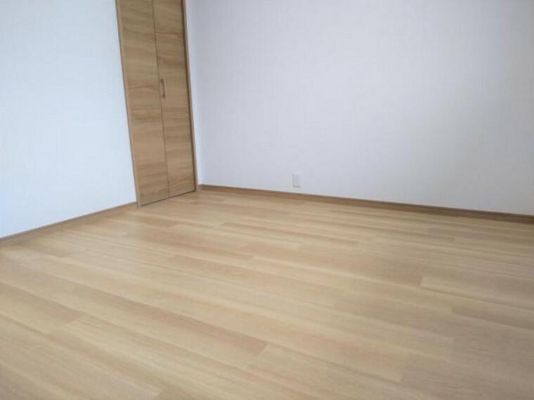 洋室 【リフォーム済】2階4.5畳の和室は洋室へと間取り変更を行いました。お子様部屋にぴったりですね。