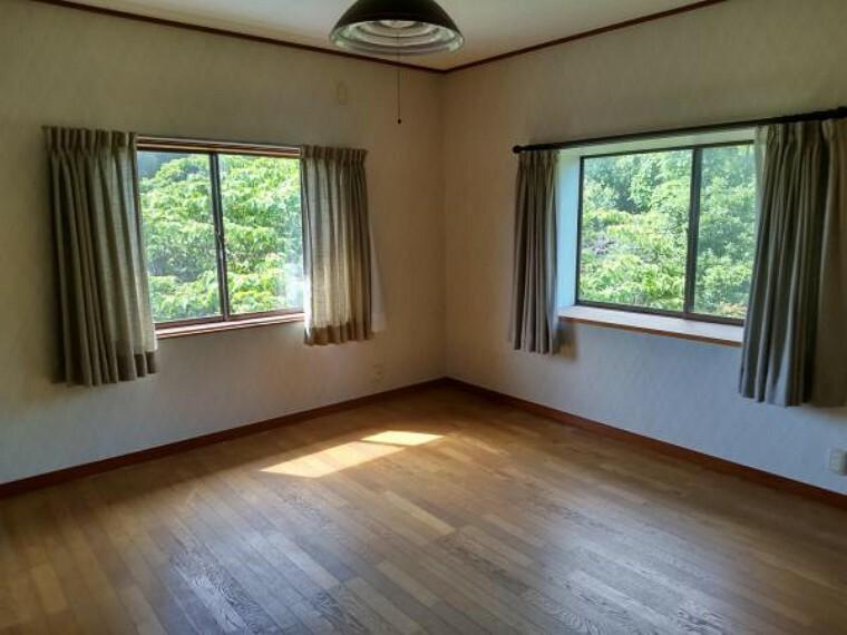 洋室 2階北東側洋室8帖です。クロス張替え、フローリング重ね張り、照明器具交換します。