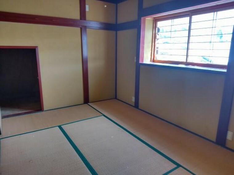 和室 2階和洋室6帖です。リフォーム前は和室ですが、フローリング重ね張りして和洋室へ変更します。クロス張替え、照明器具交換します。