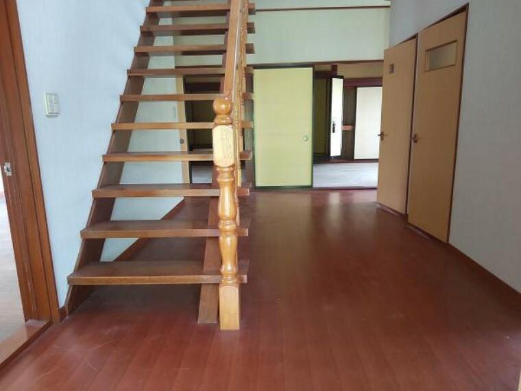 階段です。クロス張替え、手摺取付ます。