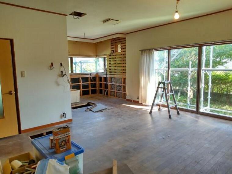 居間・リビング LDK17帖です。クロス張替え、フローリング重ね張り、照明器具交換します。