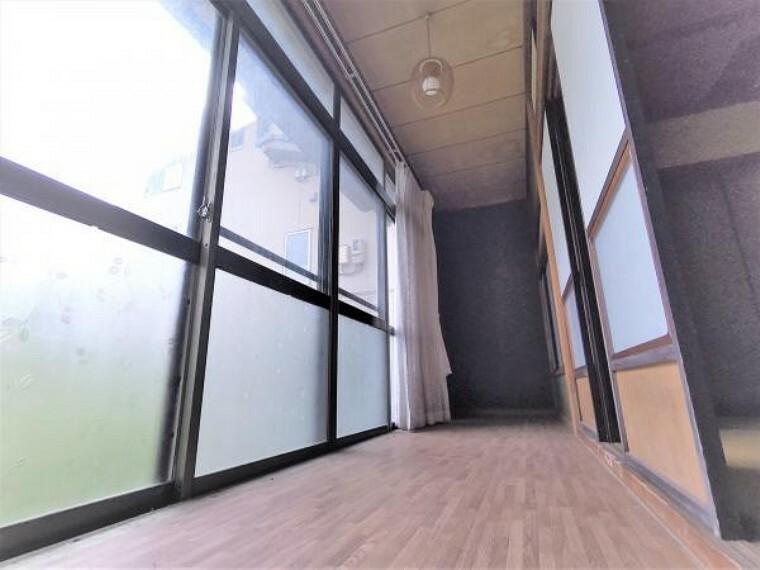 【リフォーム中】1階縁側です。床フローリング張り、クロス張替え、照明交換を行う予定です。LDKに取り込み採光をよりよくします。