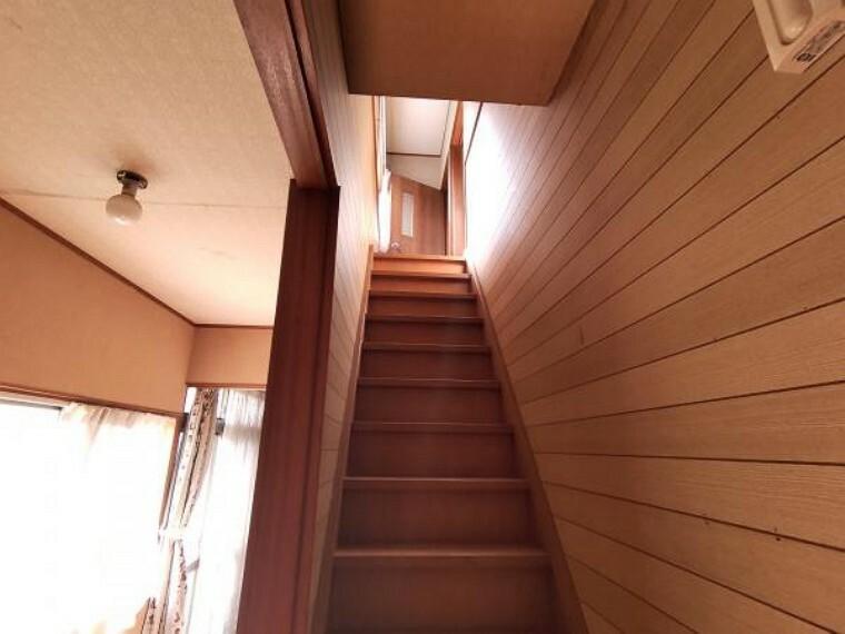 【リフォーム中】階段です。滑り止め新設、手すり新設、クロス張替え、照明交換を行います。手すりを作るので、上り下りも安心ですね。