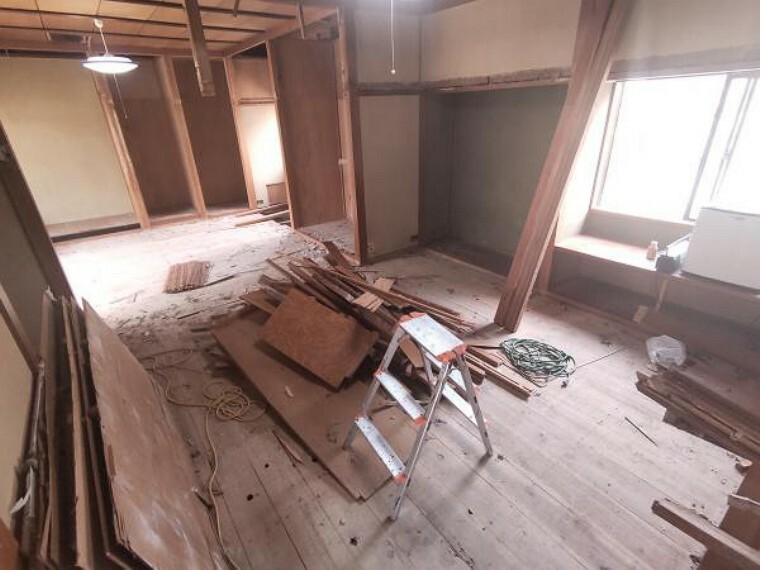 リビングダイニング 【リフォーム中】一階北側和室と東側和室をつなげて18帖のLDKへ変更予定です。床フローリング張り、クロス張替え、照明新設を行う予定です。西側掃き出し窓から入る光が気持ちいいですね。