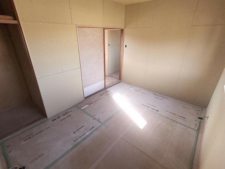洋室 【リフォーム中】2階洋室5.5帖です。クロス張替え、床フローリング張替え、照明交換、建具交換等を行う予定です。収納もつきますので、お子様の部屋としてもいいですね。
