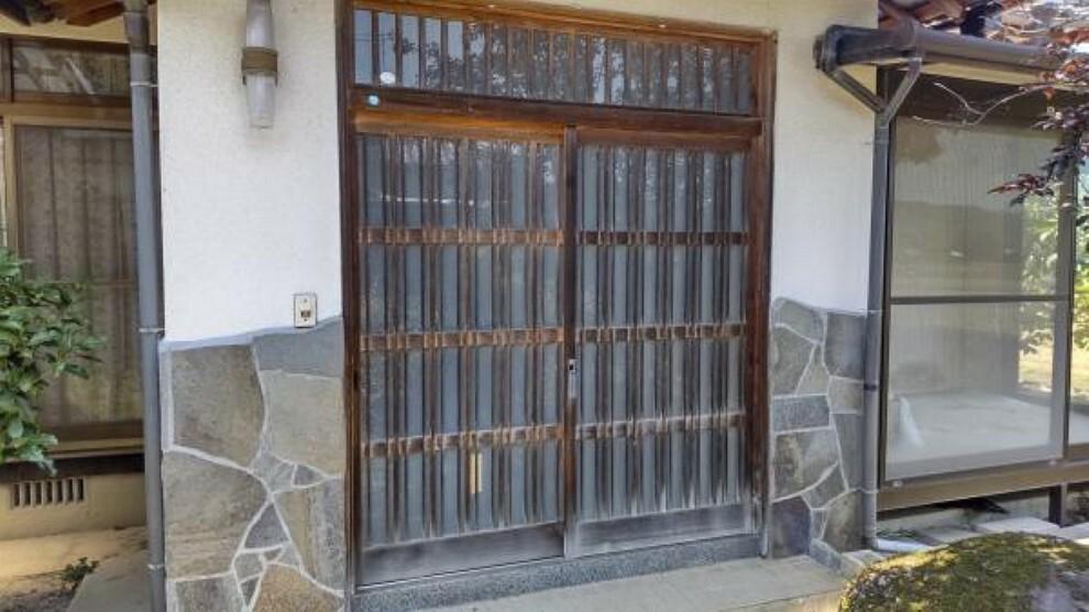 玄関 【リフォーム中】玄関写真です。新品の玄関に交換します。