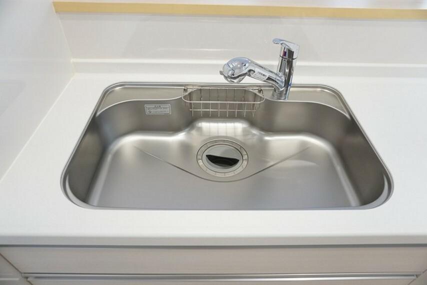 キッチン 同仕様写真。広々とした凸型シンクに洗剤ポケットを装備。洗剤や石鹸、スポンジもすっきり収納できます。