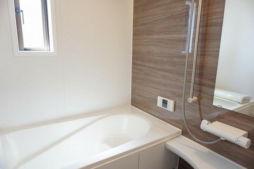 浴室 同仕様写真。1日の疲れを癒すくつろぎのバスルーム。足を伸ばしてもゆったりと入れるサイズです。