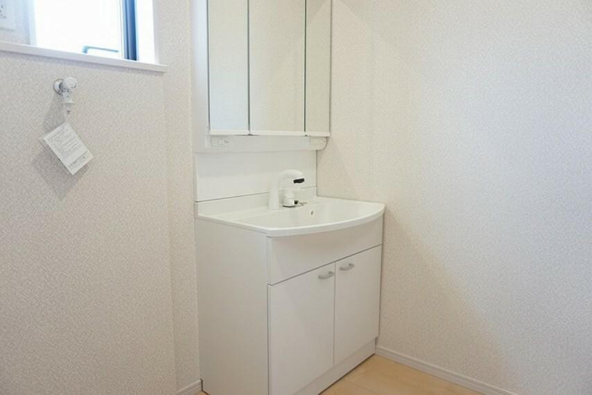 洗面化粧台 同仕様写真。ミラー扉の内側が収納スペースになっています。収納物に応じて高さの調節が可能で、とても便利です^^