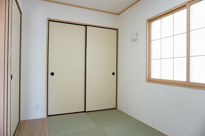 和室 同仕様写真。リビング隣の和室は、趣ある安らぎ空間。来訪時や家事スペースとしても利用できます。