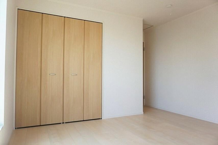 洋室 同仕様写真。各居室に収納力豊富な収納が付いているので、スッキリ空間で過ごしたい方にはおすすめです。