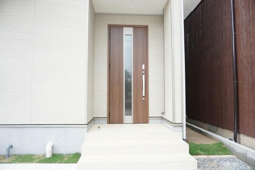 玄関 同仕様写真。玄関が奥まって設置されており、雨の日は濡れにくくなっているので、玄関前で傘を畳み、鍵を取り出したり出来るのは便利な点です。