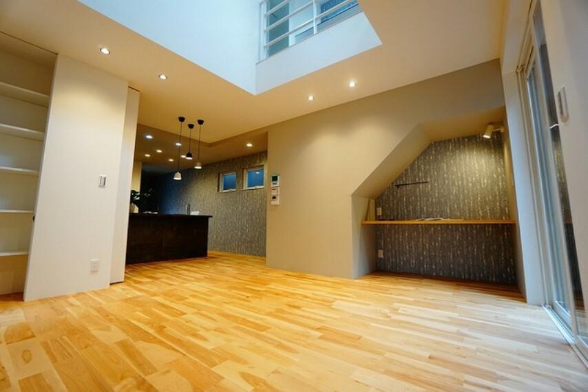 居間・リビング 中心部に家族の絆が深まる開放感溢れる吹抜けがあり、開放感を味わえ、優雅な生活を楽しめます。