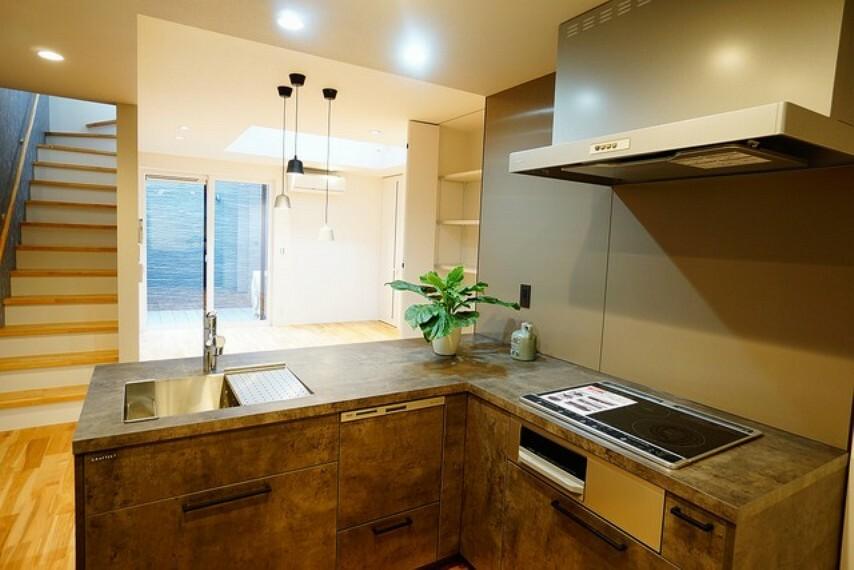 キッチン L字型対面式カウンターキッチンでお子様の様子が見守れます。食器洗浄機付きです。