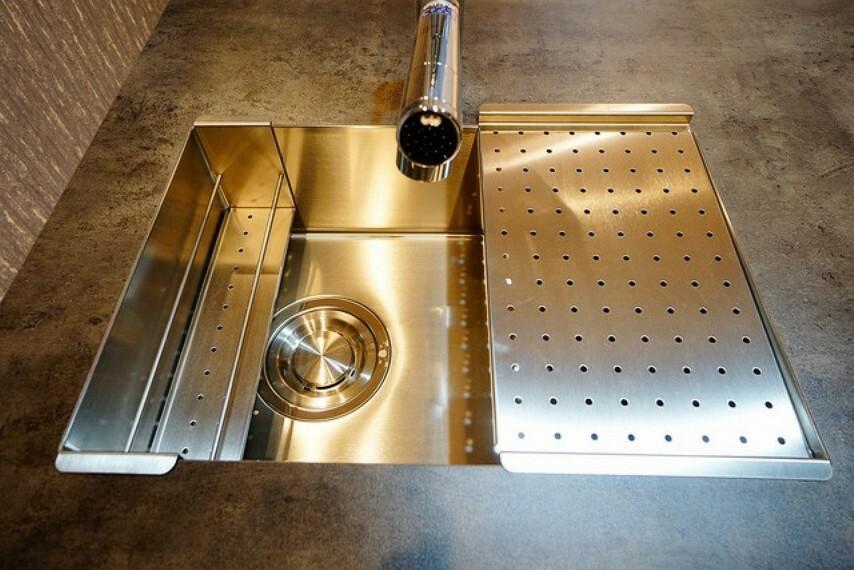 キッチン 耐熱性・耐久性・対磨耗性が高いステンレス製シンク。見た目もかっこいいです^^