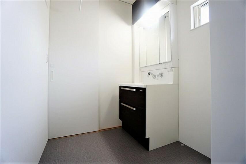 洗面化粧台 ミラー扉の内側が収納スペースになっており、小物や歯みがきセットや化粧品もきれいに整頓できます。