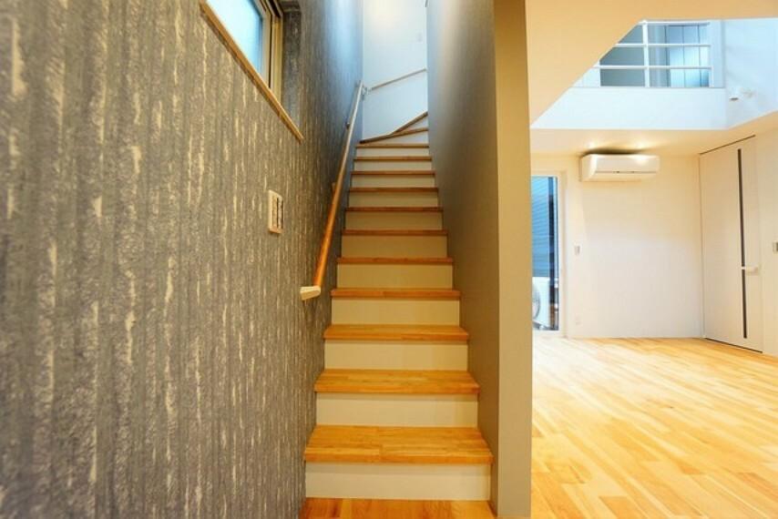 小さなお子様やご高齢の方にも配慮された階段。譜面を広めに、勾配も緩やかに設計されており、手摺も付いているので安心です。