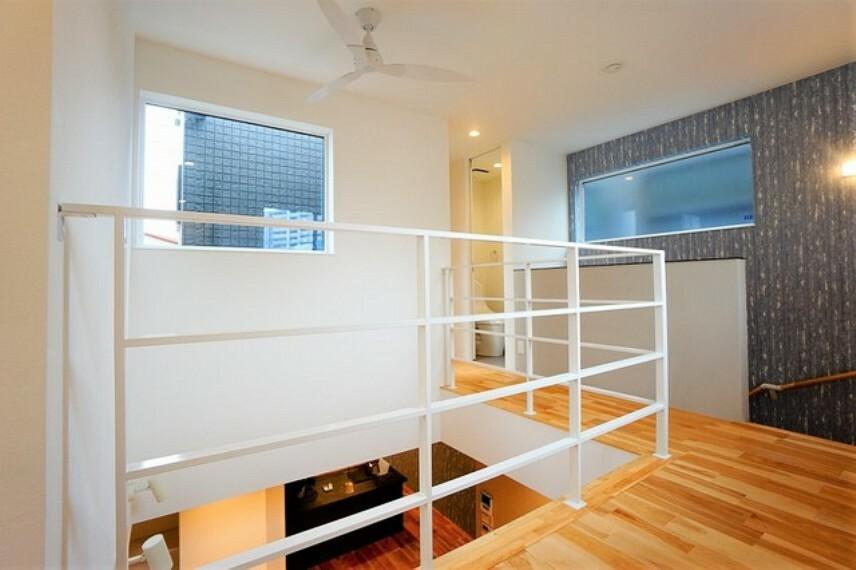 2階から1階の様子を見ることもでき、上下階の一体感を感じさせる空間です。