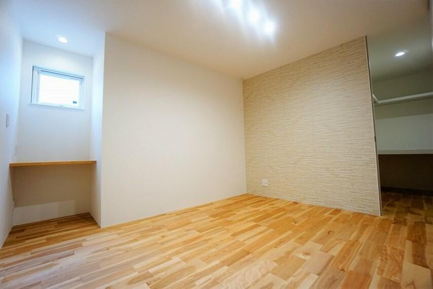 洋室 収納力豊富なウォークインクローゼットを設置。その他にちょっとした作業スペースもあり、暮らしやすさの詰まった空間です。