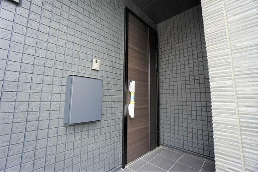 玄関 玄関が奥まっているので、郵便物を受け取る時や、玄関の前で傘をたたむ時に雨に打たれる心配もありません。