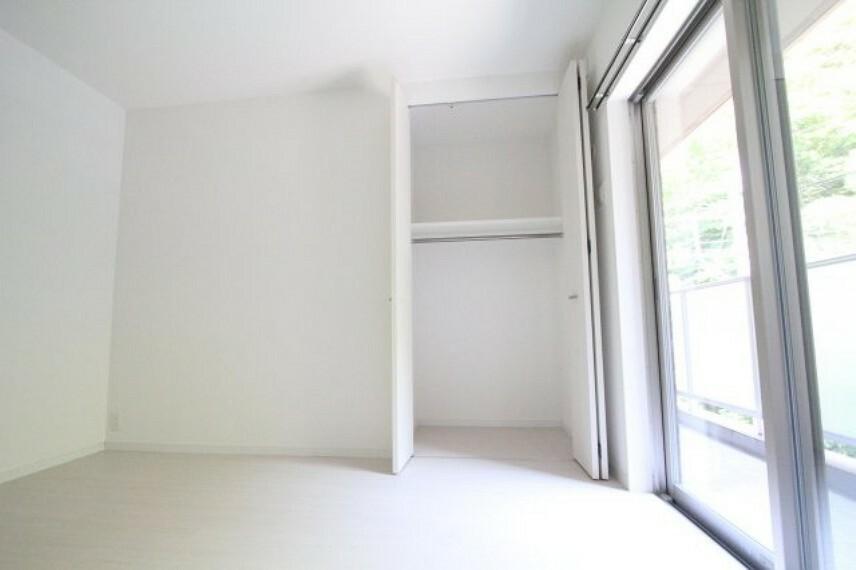 洋室 とにかく、収納スペース充実しています