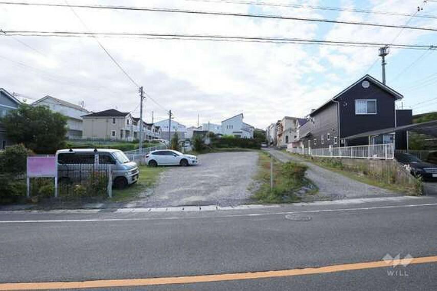 現況写真 落ち着いた雰囲気の住宅地です。前面道路はゆったり幅員約12mあるので運転が苦手な方でも安心です。
