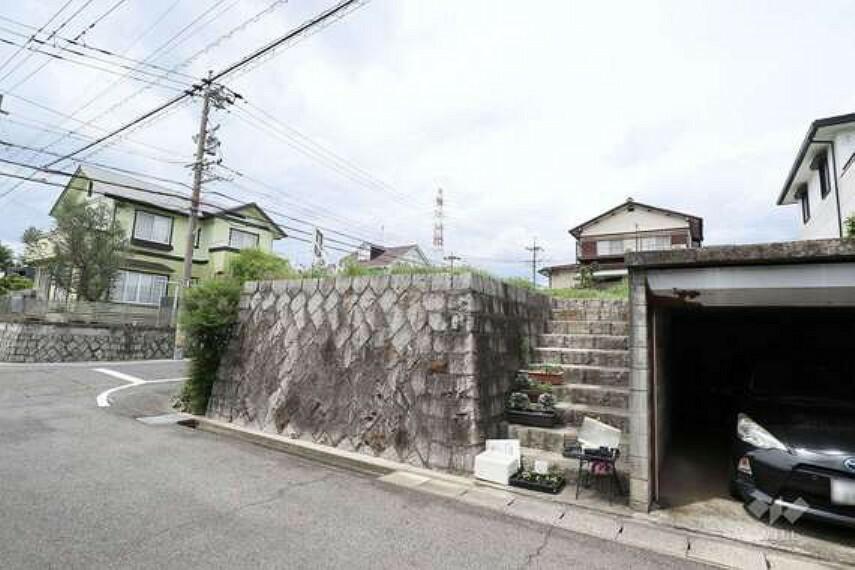 現況写真 駅からの道のりはアップダウンがあります(駅との高低差は約50m)。