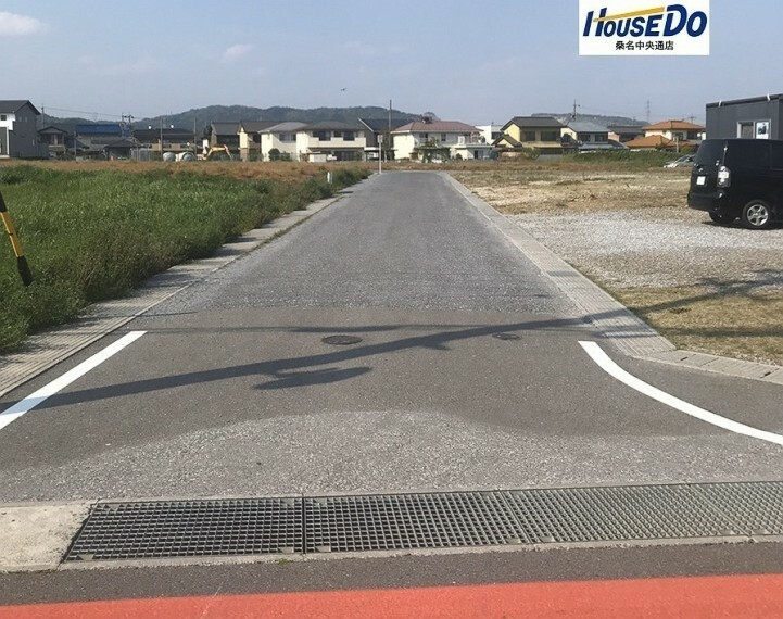 外観・現況 東側の道路です。幅員約5.9mで車が十分すれ違える広さです。交通量は少ないです。 (2020年5月4日 撮影)