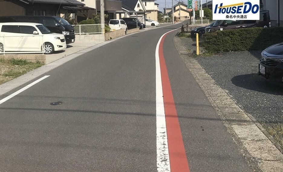 外観・現況 南側の道路です。幅員5.8mでお子様と手を繋いで歩いても車が通れる道幅です。 (2020年5月4日 撮影)