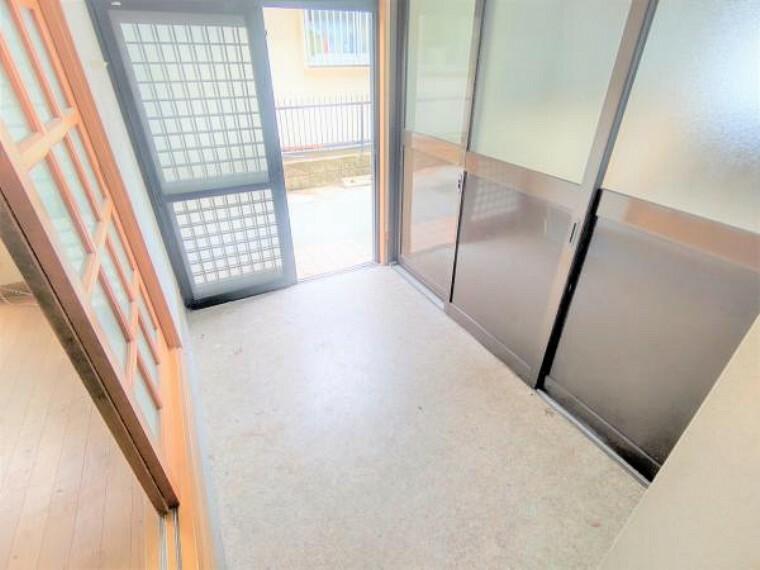 玄関 【リフォーム中】玄関ホールも床を上げてフローリング張りにします。壁・天井はクロスを張り替え、シューズボックスも新設します。