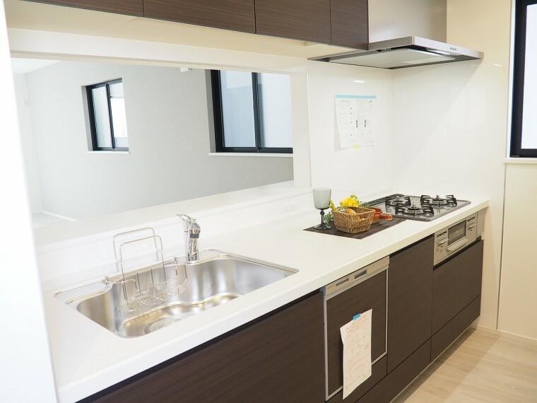 キッチン キッチン  使い勝手の良いカウンターシステムキッチン  料理をしながらリビングの様子を見守ることができる対面式キッチン