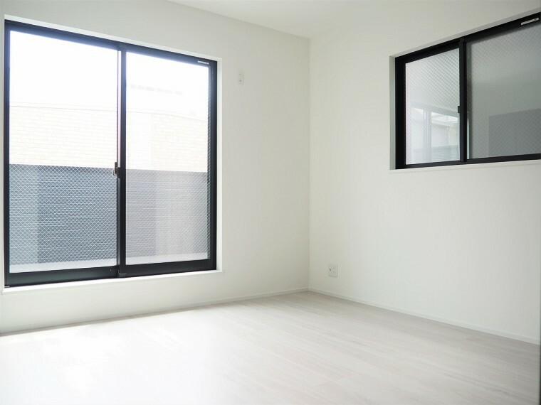 洋室  2面採光のお部屋は明るく風通しが良いです 収納もしっかり出来ますよ!