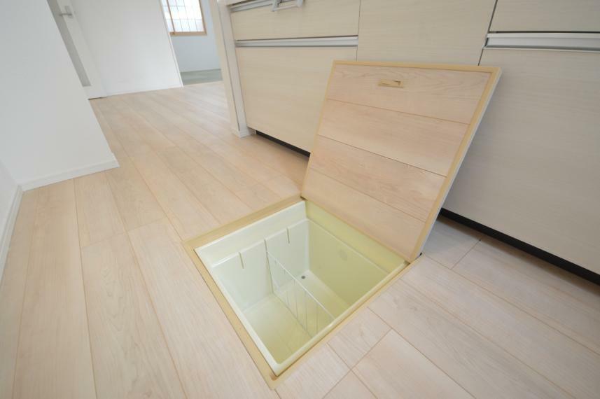 収納 〈同間取り 他号棟写真〉 あると便利なキッチンの床下収納。お醤油などの大きいボトルタイプの調味料や、お米をストックできます。