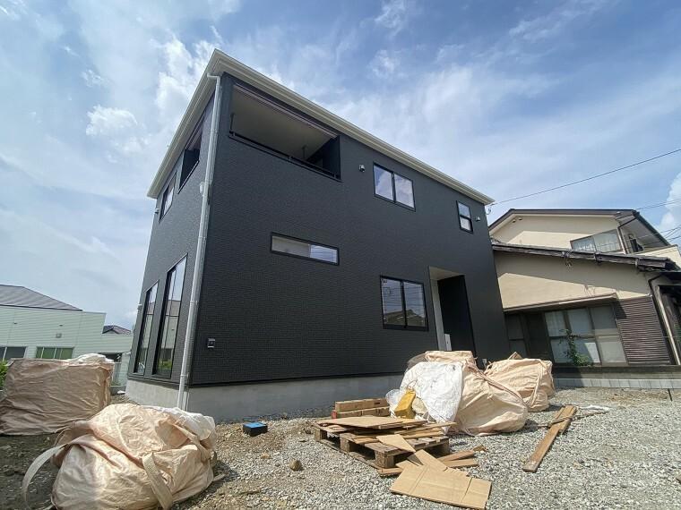 現況外観写真 建物完成しました!シンプルで落ち着いた外観デザインのお家。南向きバルコニーは陽当たり良好です。