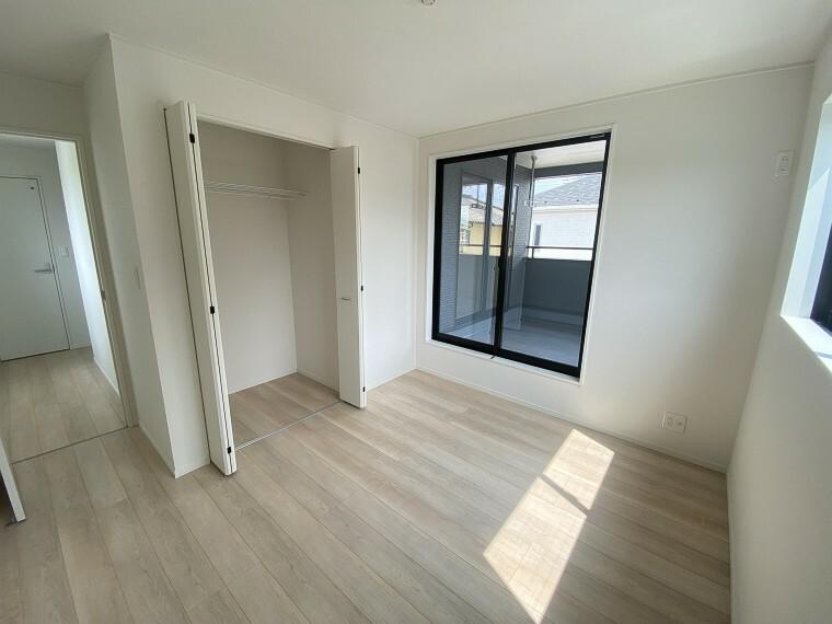 居間・リビング 収納充実の2階居室。お子様の成長に伴い増えていく荷物もスッキリと収納!