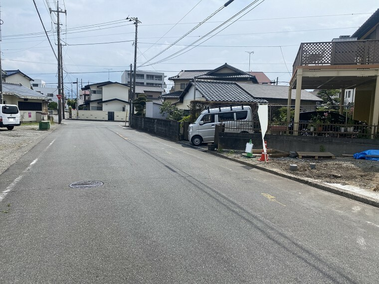 外観・現況 前面道路広々で駐車もラクラク。